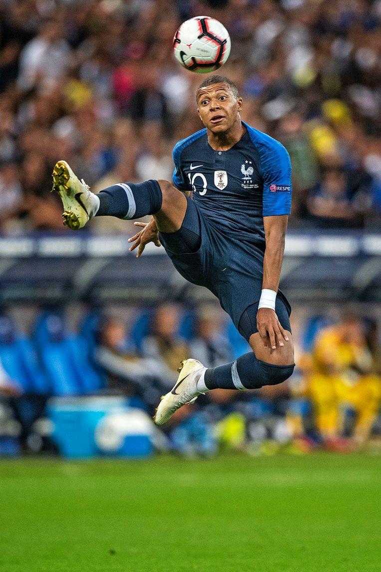 Kylian MBappé probeert een bal te controleren, de ster van het Franse elftal scoorde en was ongrijpbaar voor Oranje. Beeld null