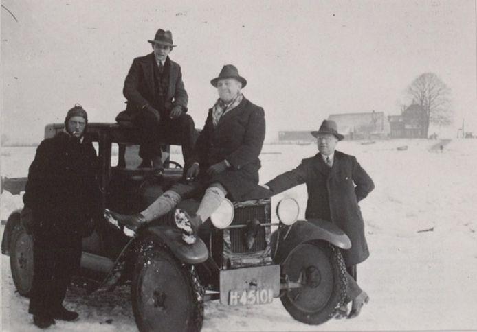 Auto op de bevroren Maas bij Grave in de winter van 1928 - 1929.