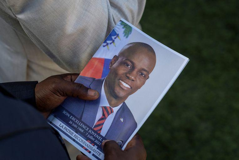 Een persoon woont de begrafenis van de vermoorde Haïtiaanse president Jovenel Moïse bij. Beeld REUTERS