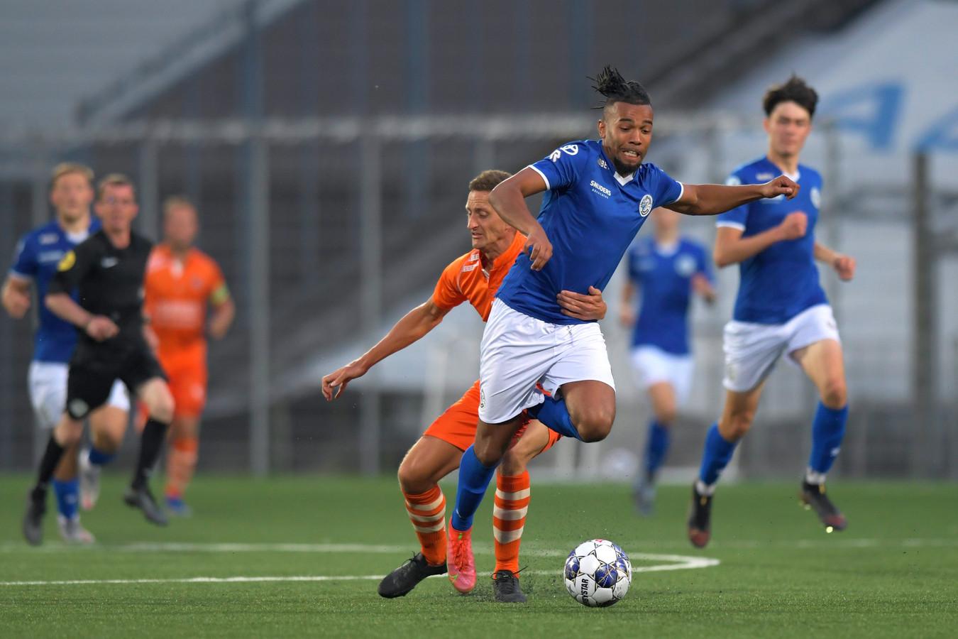 TEC-verdediger Tom van der Neut begaat een overtreding om Ryan Trotman van FC Den Bosch af te stoppen.