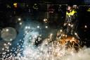 Politieagenten en brandweerlieden oefenen op hoe om te gaan met relschoppers die hen belagen met vuurwerk tijdens de jaarwisseling