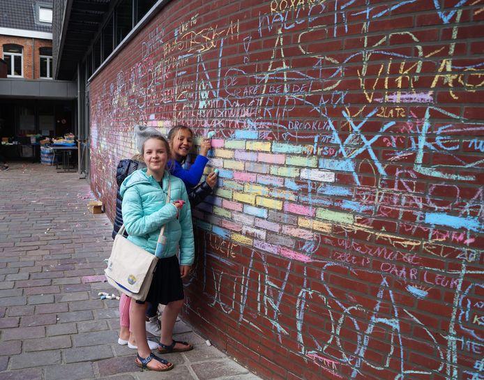 Deze meiden beslisten om de gevel van het stadhuis een vrolijker kleurtje te geven.