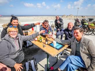 """REPORTAGE. Op zoek naar een vrij plekje in Middelkerke, waar de 'terrasrevolutie' volop aan de gang is: """"Gezellig aan een tafeltje zitten? Daar hebben we zó lang op gewacht"""""""