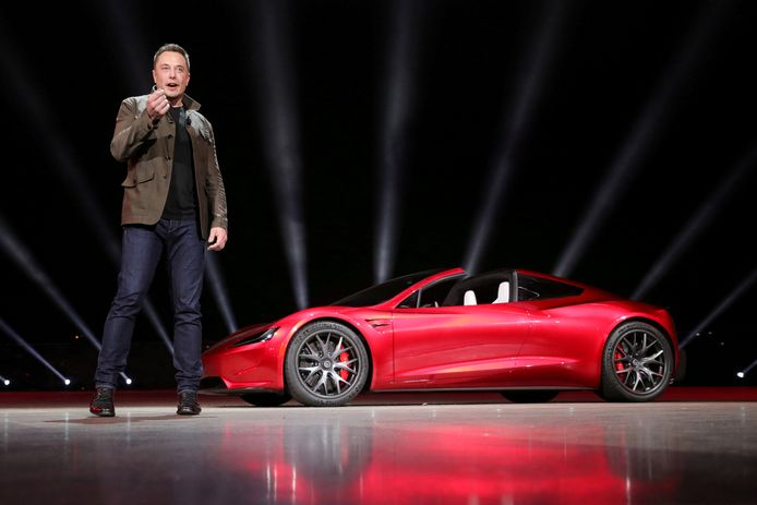 Elon Musk tijdens de presentatie van de Tesla Roadster 2 in november. Nu schiet hij het ding richting Mars.