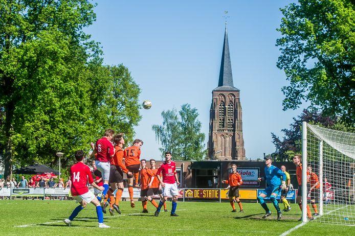 Als de wedstrijd nog even langer had geduurd, dan was Viola (rode shirts) met minstens één punt naar huis gegaan. (archieffoto)   Foto: Joris Knapen   Pix4Profs