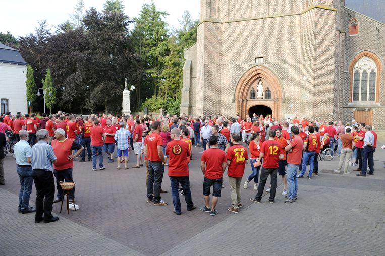 Zo'n 700 mensen verzamelen in rodeduivelsplunje voor de parochiekerk. Marc Wilmots nam afscheid via Twitter.
