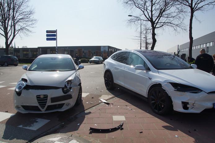 De twee auto's na het ongeval in Kaatsheuvel.