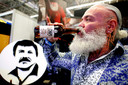 Een man drinkt een 'El Chapo' biertje.