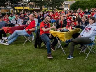 Honderden fans zien in tuin van restaurant Pur Boeuf Rode Duivels winnen op groot scherm