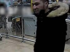 Man slaat supermarktmedewerkster in gezicht, klanten die haar helpen krijgen ook klappen