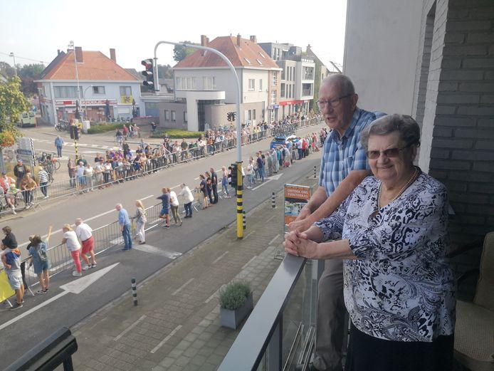 Willy Teughels kwam op het balkon van Mieke Vermeulen de doortocht volgen