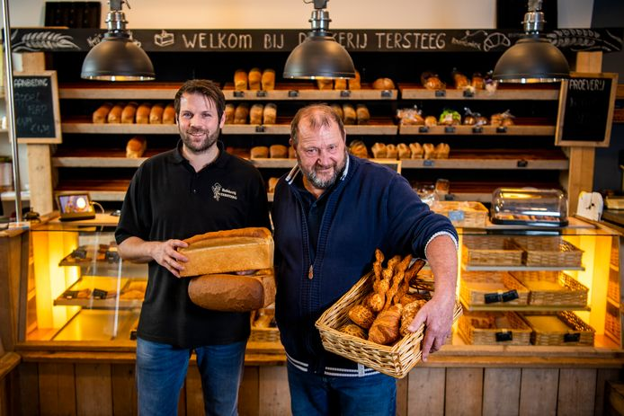 Vader en zoon Tersteeg op de foto, zij sluiten 110 jaar bakkerij Tersteeg af. Foto: Frank de Roo