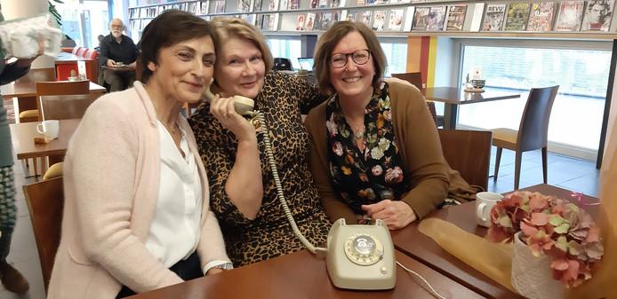 Gerdy Kamphuis, Marjo Wolbert en Diane Wevers bij de Wonderfoon.