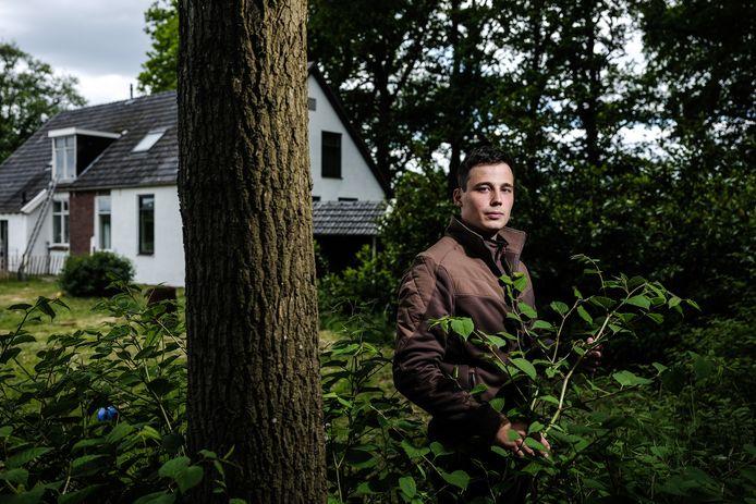 Hovenier Steven Oostendorp in de tuin waar de duizendknoop is opgedoken.