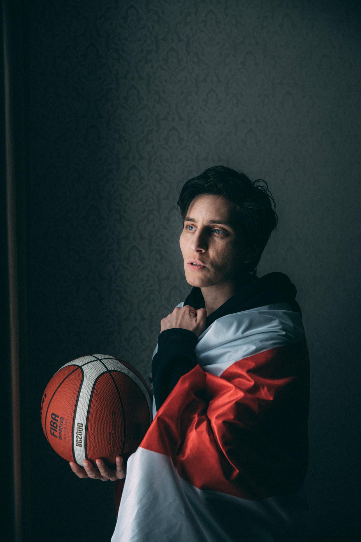 De Belarussische basketbalster Katsjaryna Snytsina sprak zich - net als veel andere sporters in een open brief uit tegen het geweld in Belarus. Het gevolg was dat ze haar land moest ontvluchten.  Beeld Marlena Waldthausen