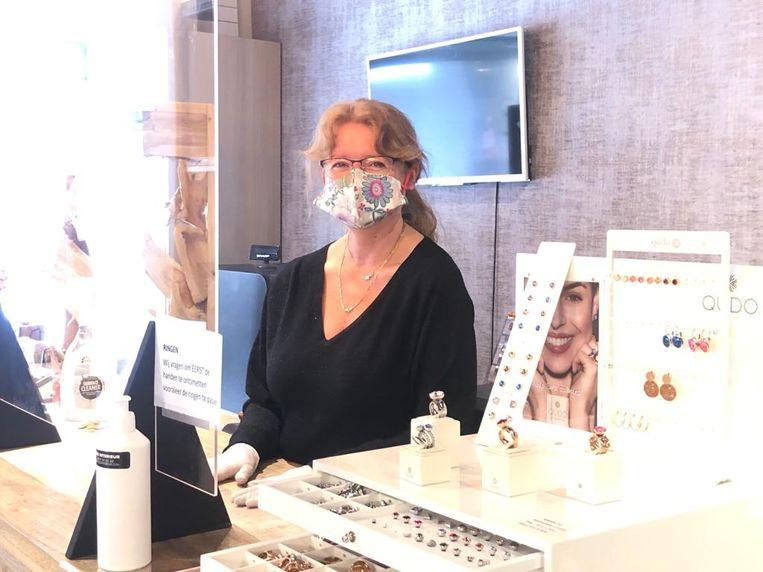 Karine ontving met een (verstopte) glimlach graag weer haar klanten.
