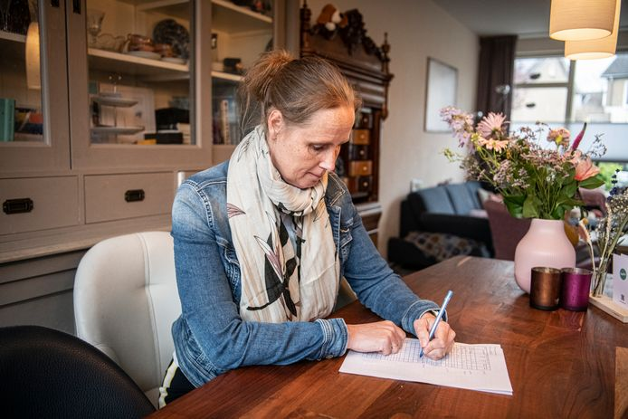 Nienke Doornbosch knapt maar niet op nadat ze corona kreeg. Ze vult nu dagelijks lijsten in om haar inspanningen in de gaten te houden.
