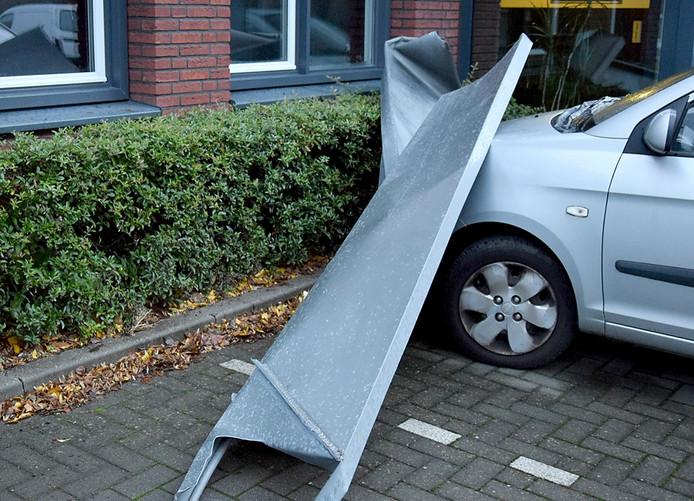 Een dakdeel van een appartementen-complex in Etten-Leur is naar beneden gewaaid en op een geparkeerde auto terecht gekomen Foto Alexander Vingerhoeds