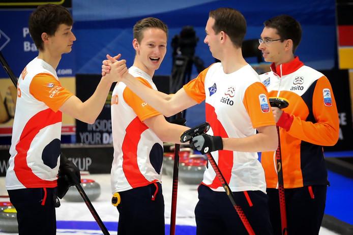 De Nederlandse curlingploeg, met van links naar rechts: Carlo Glasbergen , Laurens Hoekman , Wouter Gosgens en Jaap Van Dorp.