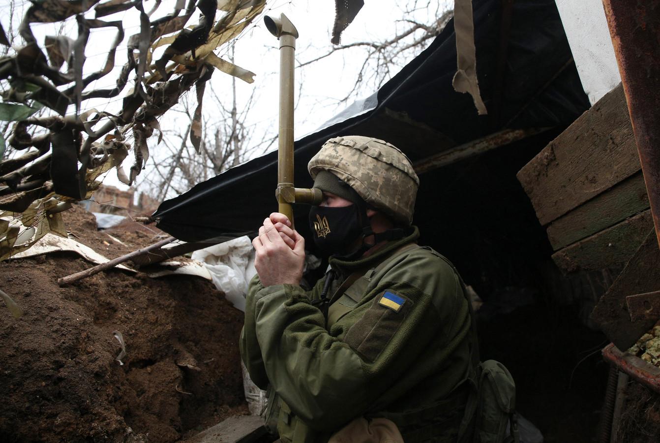 Een Oekraïense soldaat op wacht aan de frontlinie in Oost-Oekraïne.
