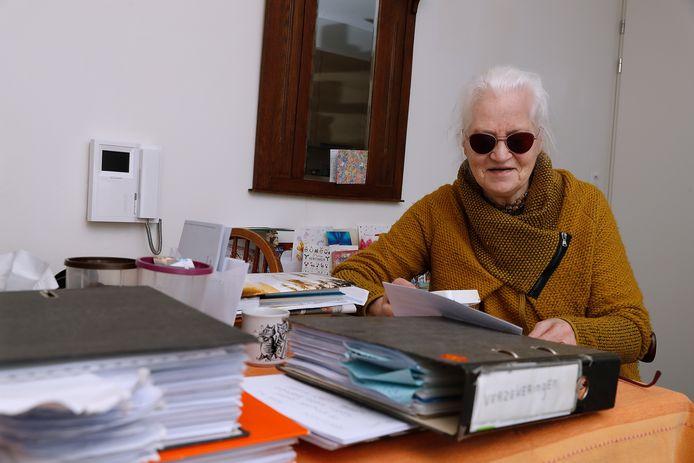 Riemke de Boer is zo goed als blind en heeft tal van andere aandoeningen. Toch krijgt zij maar zeer beperkte huishoudelijke hulp, waardoor ze zelf moet bijbetalen om zelfstandig te kunnen blijven wonen.