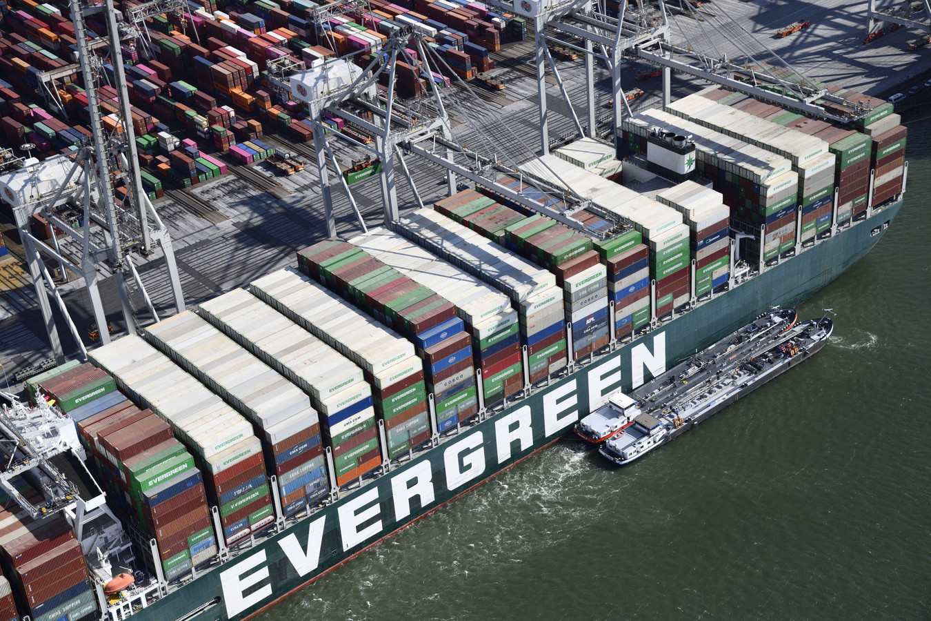 De Ever Given ligt eindelijk in Rotterdam. Het immense schip blokkeerde in maart het Suezkanaal en zorgde voor wereldwijde schade.
