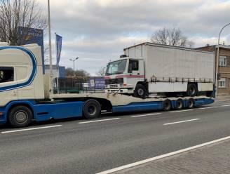 Vrachtwagen rijdt zich vast onder brug: voertuig in beslag genomen