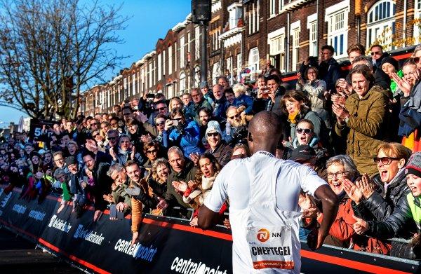 Joshua Cheptegei wint de Zevenheuvelenloop in Nijmegen