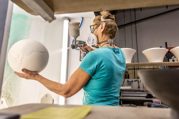 Cor Unum is een keramisch atelier in Den Bosch waar keramiek gemaakt wordt van nationaal en internationaal bekende ontwerpers. Bij het atelier werken veel mensen met een afstand tot de arbeidsmarkt. Op de foto: Toos Beekers - van Zeeland. Beeld Maikel Samuels