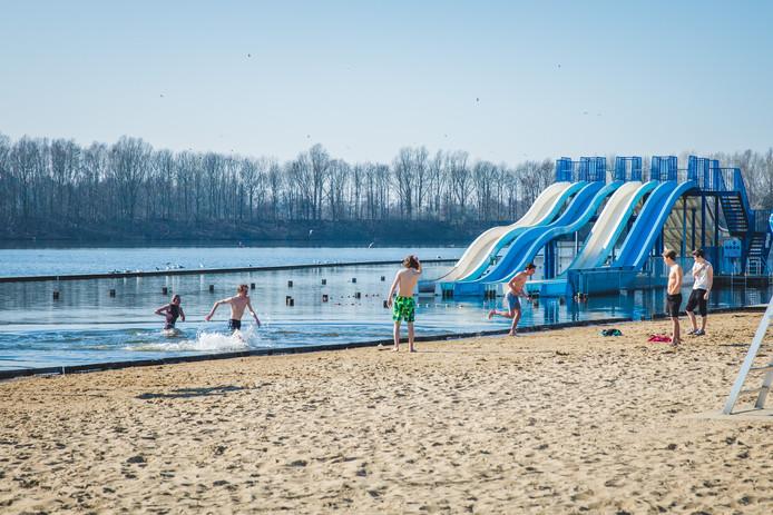 Het is warm, maar het water is nog te koud om te zwemmen