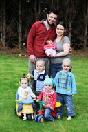 Het gezin van Marino en Gwenny in 2012. Toen waren ze nog (maar) met zeven. We zien Axel, Alex, Xela, Lexa en Xael.
