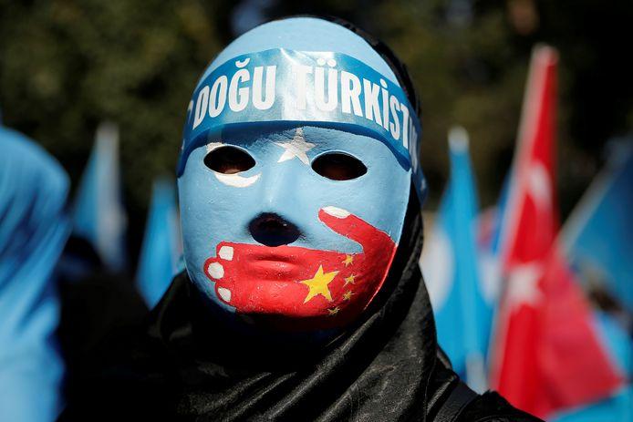 Een Oeigoerse demonstrant onlangs voor de Chinese ambassade in Istanboel.