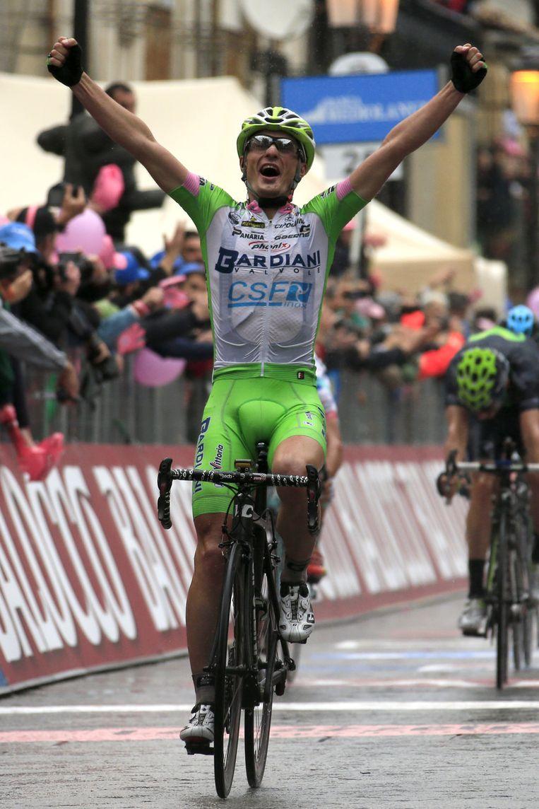 Enrico Battaglin triomfeert na een natte spurt. Beeld AFP
