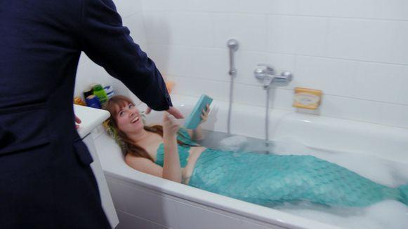 Lieke toont haar bijzonder bijberoep aan Jani voor de gelegenheid in haar eigen badkuip