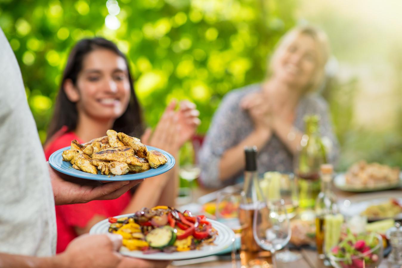 Als het warm is, eten veel mensen lekker buiten. Op het balkon of in de tuin.
