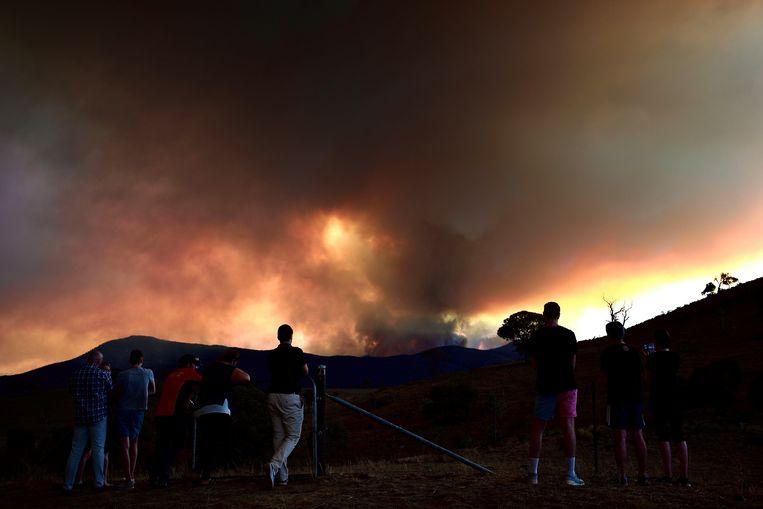 Mensen kijken naar een bosbrand ten zuiden van Canberra.