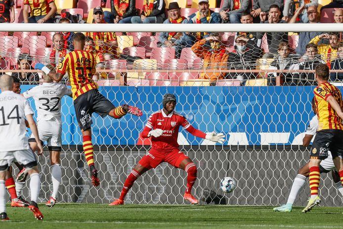 Vinicius Souza kopt de 1-0 binnen.