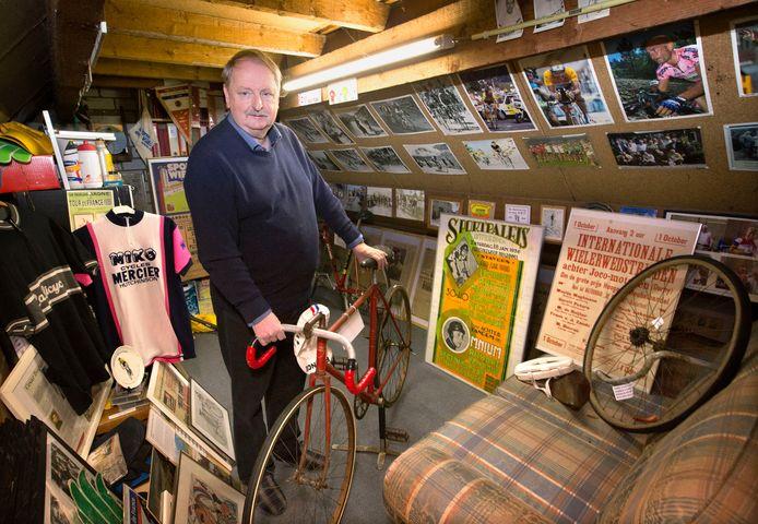 Rein Lambregts met een vooroorlogse racefiets op zolder  in zijn museum.  Foto: