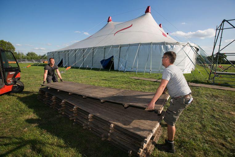 De opbouw van Eurorock is volop aan de gang. De grote tent zal worden verwarmd met infraroodpanelen.