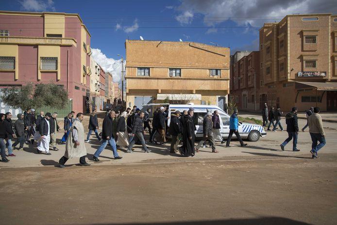 Familie, vrienden en belangstellende in de begrafenisstoet van de zeventienjarige Mohammed Bouchikhi, onderweg naar de begraafplaats.