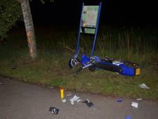 Bromfietser ernstig gewond door botsing tegen boom en bord in Vorden