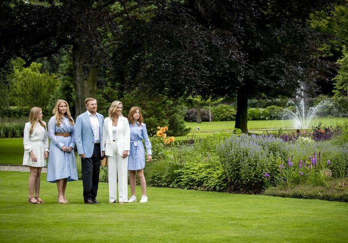 Koning Willem-Alexander en prinses Amalia in de tuin van Paleis Huis ten Bosch.
