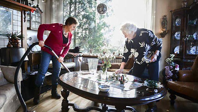 Veel ouderen moeten uren huishoudelijke hulp inleveren.