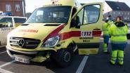 Ambulance met verkeersslachtoffer botst op weg naar ziekenhuis