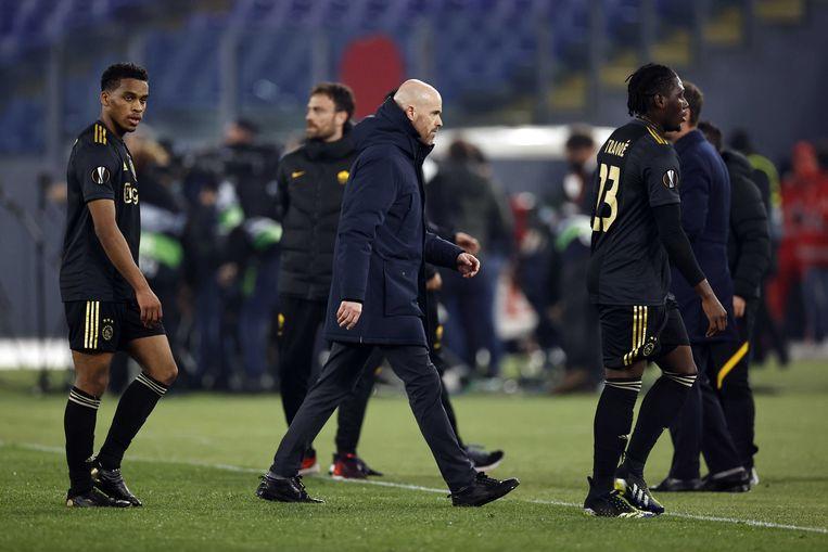 De Ajacieden lopen in Rome van het veld na de uitschakeling in de Europa League.  Beeld ANP