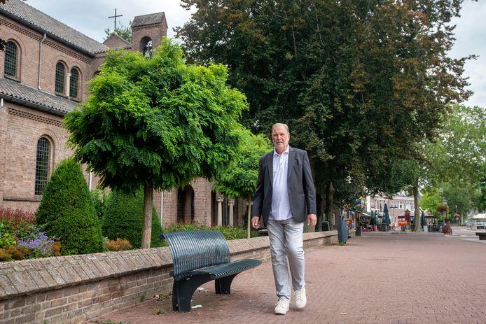 Centrummanager Paul te Wierike bij de kerk aan de Dorpsstraat die in de tweede helft van dit jaar wordt verlicht. Foto: Gerard Burgers.