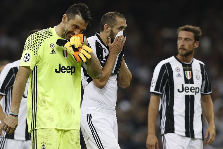 Juventus' Italian goalkeeper Gianluigi Buffon (L) and Juventus' Italian defender Giorgio Chiellini react after losing the UEFA Champions League final football match between Juventus and Real Madrid at The Principality Stadium in Cardiff, south Wales, on June 3, 2017. / AFP PHOTO / Adrian DENNIS Beeld null