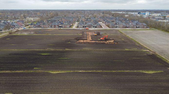 Met graafmachines is al begonnen met het bouwrijp maken van de grond, maar nu ligt het plan voor de uitbreiding van wijk De Slagen bij de Raad van State.