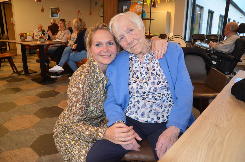 Brigitte Visart met kleindochter Jessica tijdens haar 100ste verjaardag in woonzorgcentrum Wilgendries in Voorde.