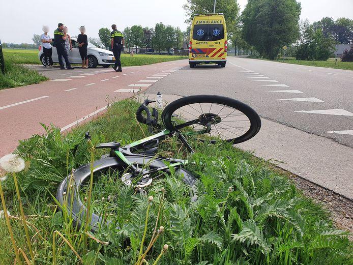 De fiets ligt in de berm in Lunteren.